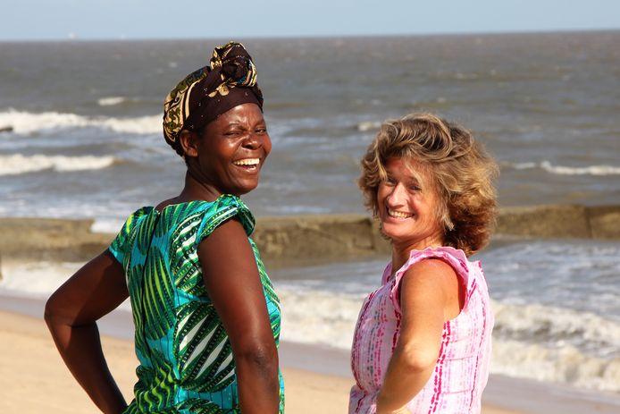 Léonie Dieleman met dona Adelina op het strand Beira.