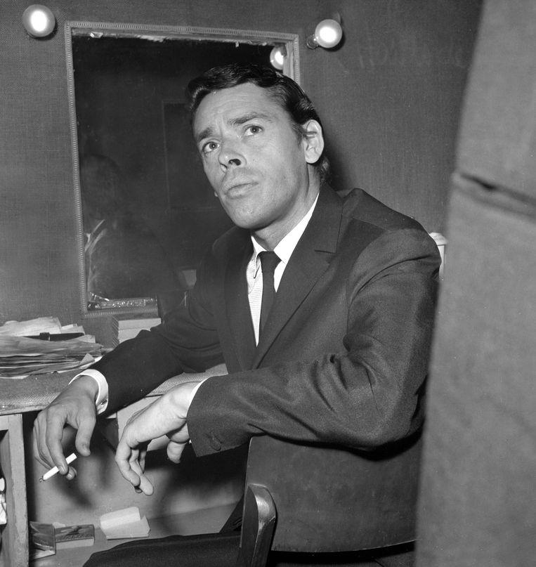 Jacques Brel in zijn loge van de Olympia in 1966.