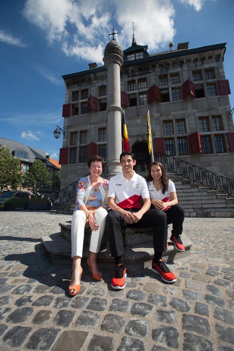 Burgemeester Frieda Brepoels poseert trots naast badmintonspelers Yuhan en Lianne Tan, die naar de Olympische spelen in Rio mogen.