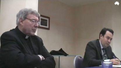 """""""Je hebt je priesterkleed opzijgeschoven en je penis ontbloot"""": beelden tonen scherp verhoor van pedofiele kardinaal"""