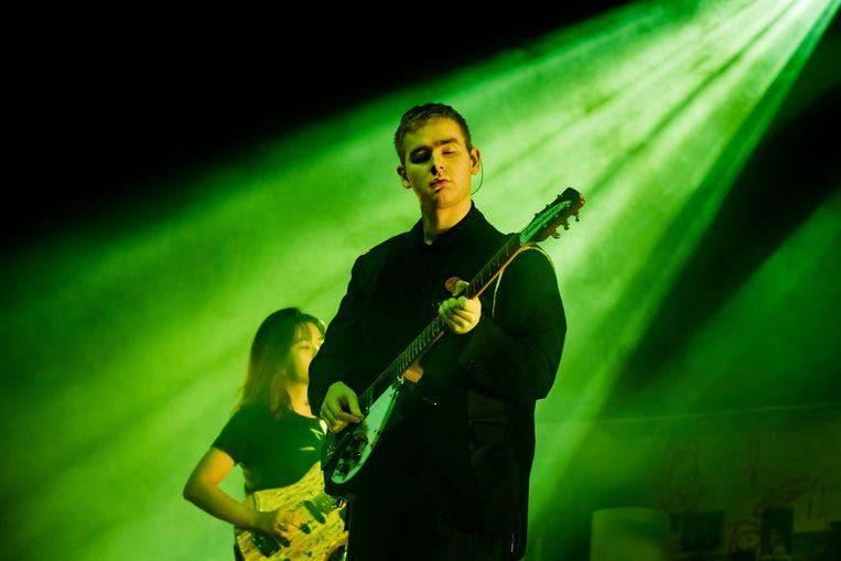 Mura Masa (artiestennaam van Alex Crossan) tijdens een concert in de Amsterdamse Afas Live. Beeld Ben Houdijk