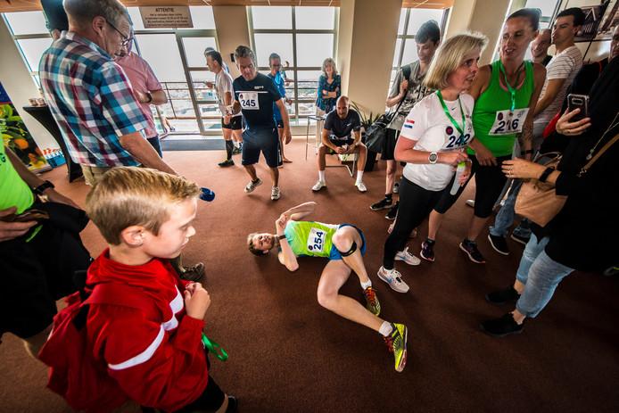 Marlo Post (19) uit Appelscha ligt uitgeput op de grond nadat hij de 28ste etage heeft bereikt.