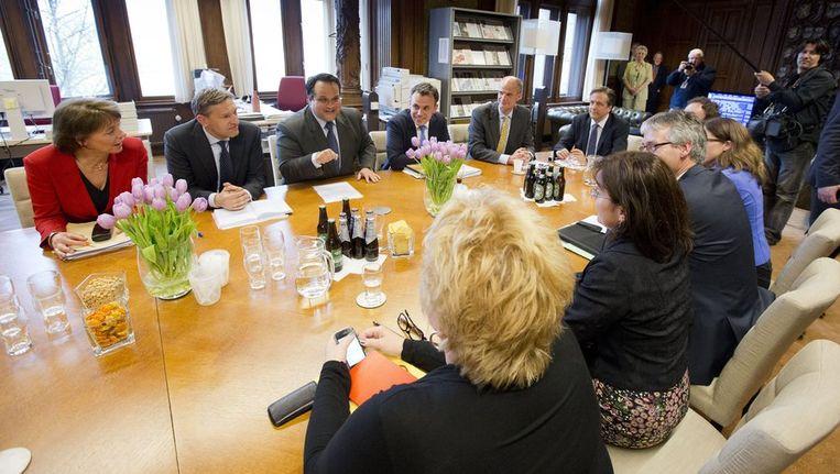 De Kunduz-coalitie, de fractievoorzitters van VVD, CDA, D66, GroenLinks en de ChristenUnie, overlegt met demissionair minister van Financiën Jan Kees de Jager over de begroting 2013 vlak voor het debat over de begroting in de Tweede Kamer. Beeld anp
