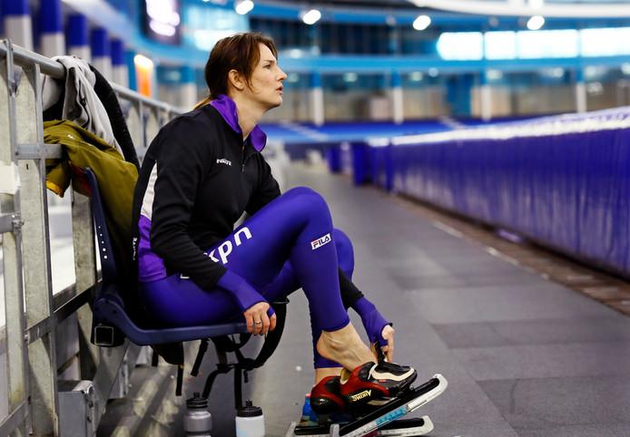 Lisette van der Geest maakt zich klaar voor haar 10.000 meter.