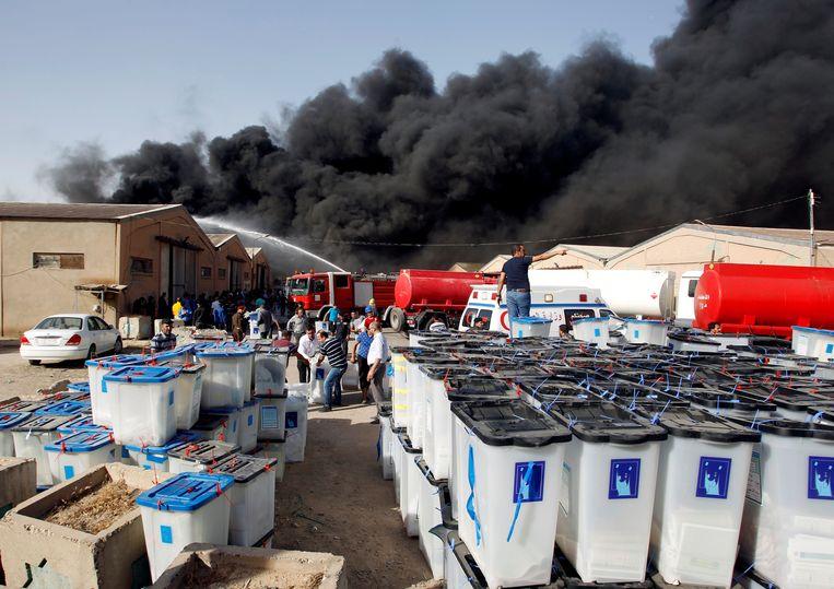 Drie weken na de parlementsverkiezingen van 12 mei 2018 vlogen in het oosten van Bagdad vier loodsen met opgeslagen stembiljetten in brand. Beeld Reuters