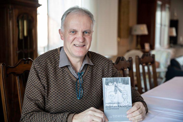 """Rudi Boelen, docent herinneringseducatie aan de UCLL- hogeschool, heeft het boek """"Levensverhalen van daders en slachtoffers van de Holocaust"""" met studenten van de lerarenopleiding samengesteld."""