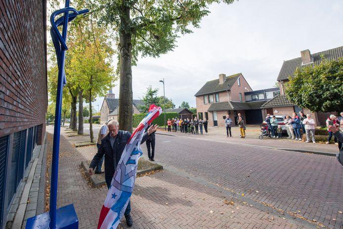 De Steltenloper is onthuld, de vlag van Wintelre is van het kunstwerk getrokken.