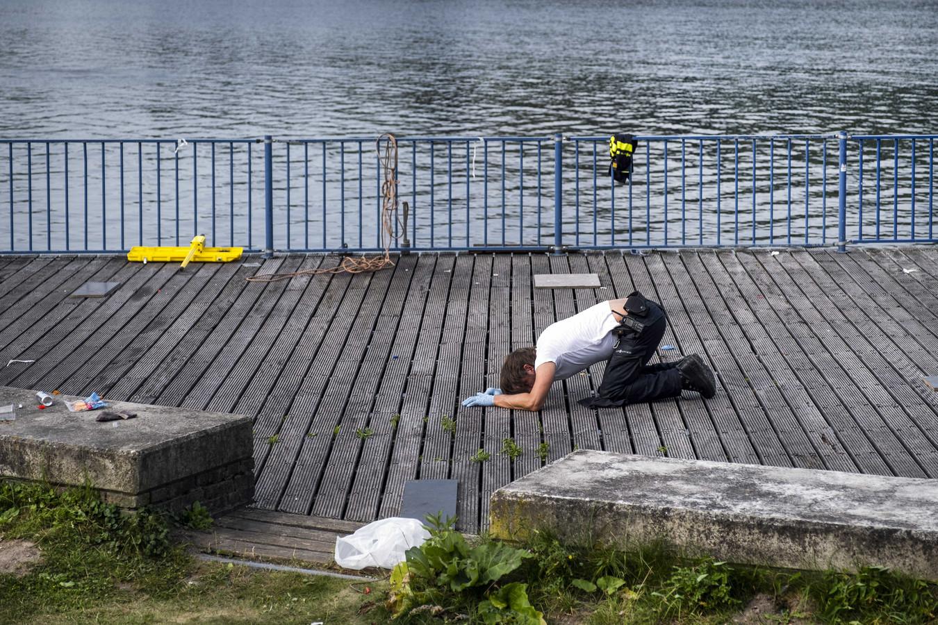 De politie tijdens sporenonderzoek aan het Nieuwe Meer in natuurgebied De Oeverlanden.