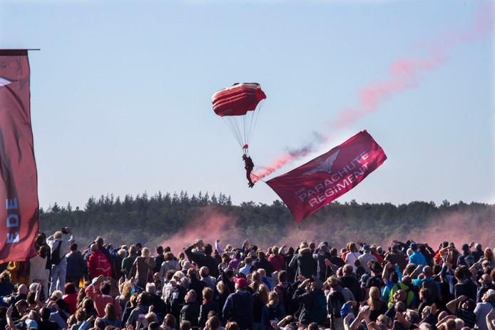 Stuntpara's met de Airbornevlag