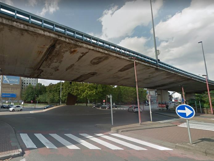 """Un morceau du petit ring de Charleroi s'est écroulé et est tombé sur la chaussée au niveau du """"rond-point du viaduc."""""""