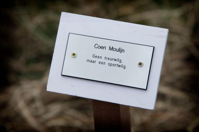 Een van de bomen langs het Levenspad is geadopteerd door Adrie Moulijn, de weduwe van Feyenoord-legende Coen Moulijn.
