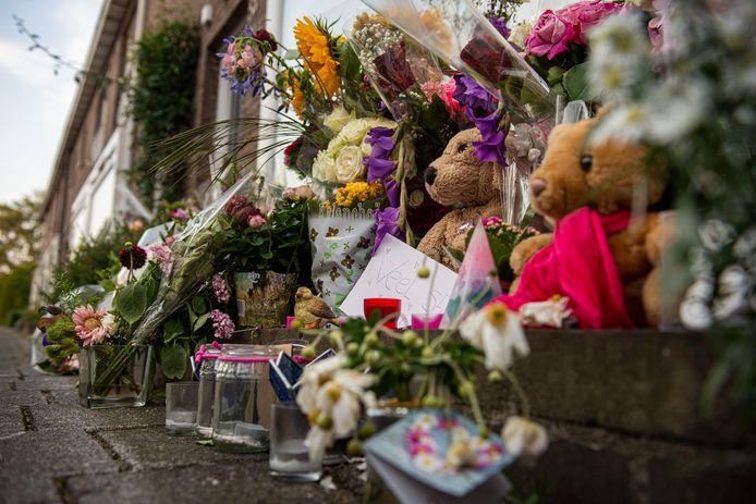 Foto van de bloemenhulde voor de woning van de 15-jarige Megan.