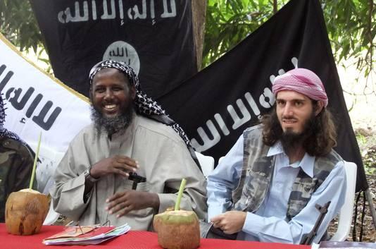 De in de VS geboren militante strijder Omar Hammami (rechts) en sjeik Mukhtar Abu Mansur Robow, een van de leiders van al-Shabaab, op een foto uit mei 2011. Hammami, afkomstig uit de Amerikaanse staat Alabama, zou op 12 september in een hinderlaag zijn gelokt en gedood.