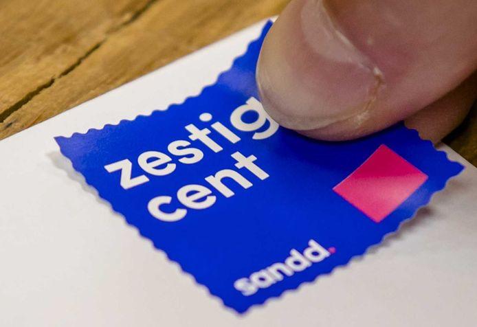 Postbedrijf Sandd lanceerde maandag een eigen postzegel. De Sandd-zegel is 18 cent goedkoper dan die van PostNL, maar enkel te gebruiken bij servicepunten van partnerbedrijf DHL.