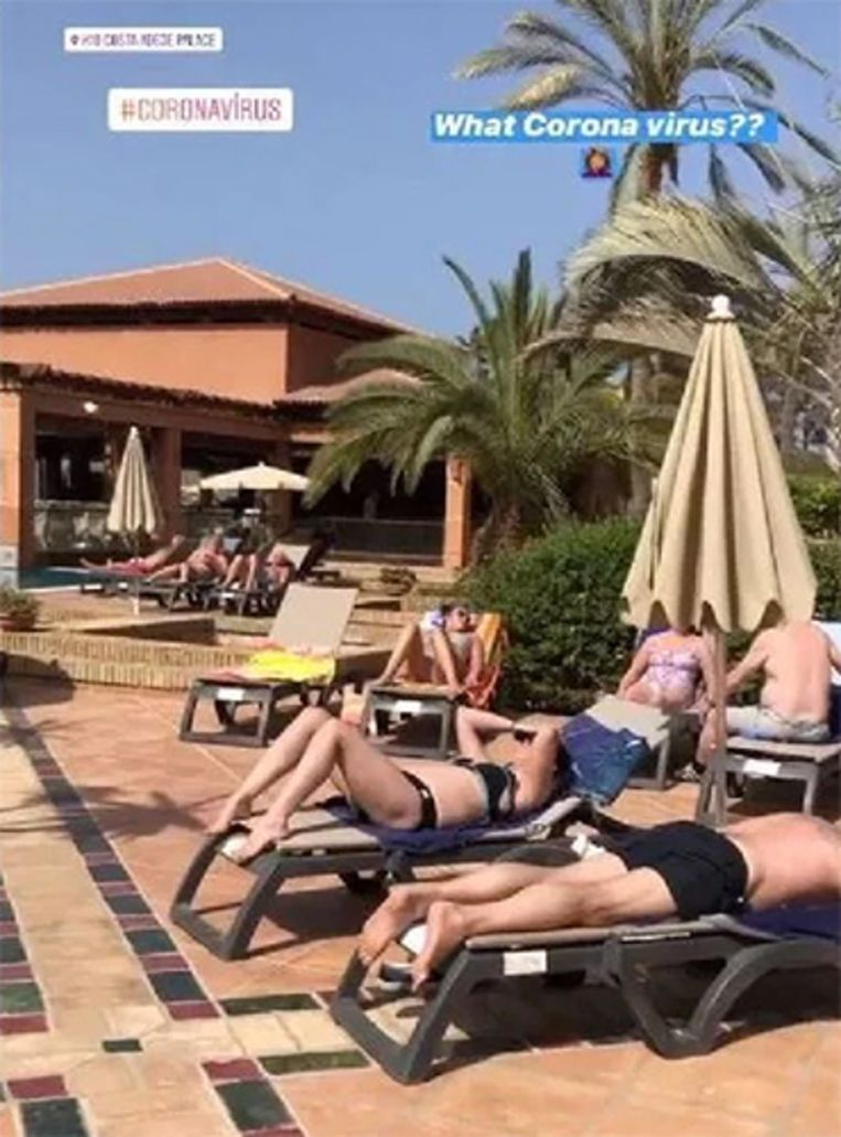 Gasten genieten van de zon in het door het coronavirus getroffen hotel op Tenerife.
