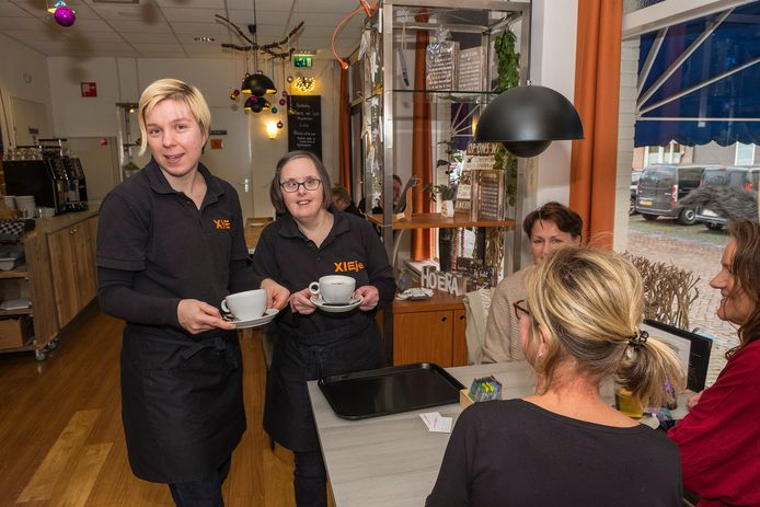 Miranda (LINKS) samen met Desiree bij XIEje in Gennep. Dit is een plek om te lunchen en hier werken mensen met een beperking.