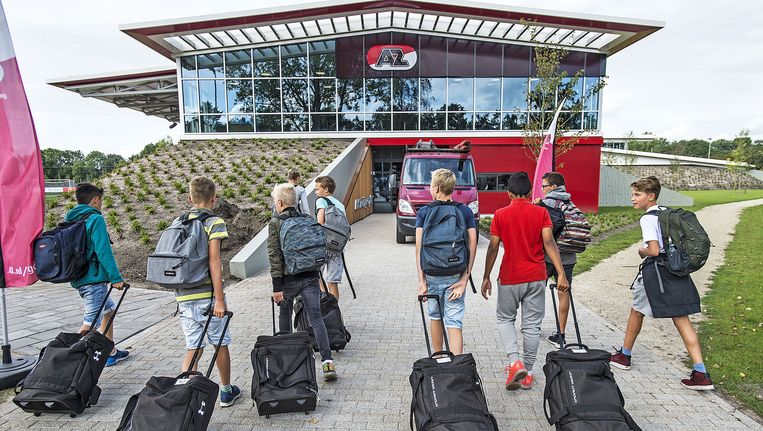 Jeugdspelers van AZ arriveren bij het nieuwe trainingscomplex. Beeld Guus Dubbelman/de Volkskrant