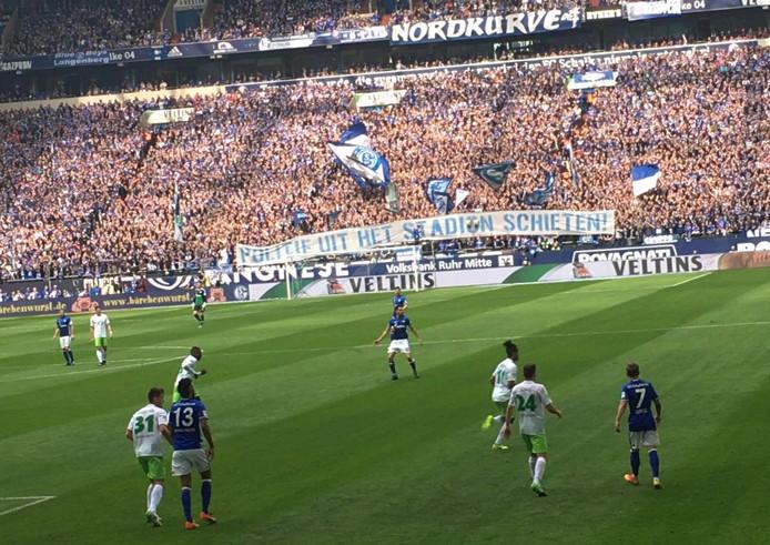 Met een spandoek betuigden de supporters van Schalke 04 hun steun aan de fans van FC Twente.