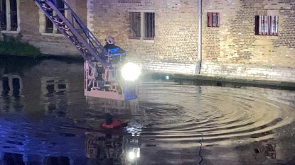 Man springt vrouw achterna in Brugse reien: brandweer helpt koppel uit benarde situatie