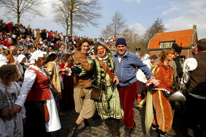 Op het 1 aprilfeest in Brielle wordt nagespeeld dat de watergeuzen de stad in 1572 bevrijdden uit handen van de Spanjaarden.