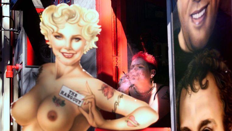 Blowende toeristen op de Wallen in Amsterdam. Beeld ANP