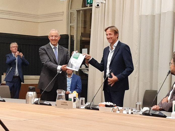 VVD-raadslid Jan-Willem Verheij, voorzitter van de enquêtecommissie Warmtebedrijf, overhandigde twee weken geleden het eindrapport aan burgemeester Aboutaleb.