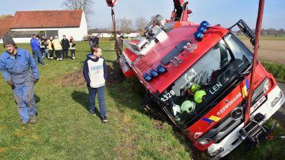 Brandweerauto op weg naar brand moet omrijden voor werken en belandt in gracht
