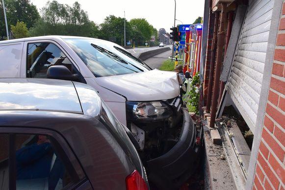 De bestelwagen strandde tegen de voorgevel van een woning op de hoek van de R8 met de Mellestraat. De schade was aanzienlijk.