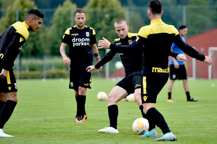 Alexander Büttner vecht op de training van Vitesse in Oostenrijk om de bal met Thomas Bruns.