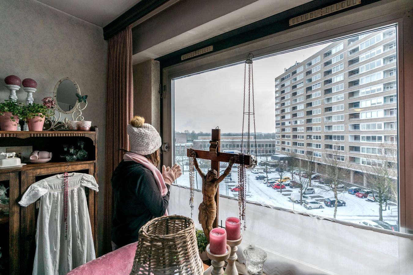 Nederland,  Den Bosch, Trudy van Damen heeft het koud in haar flatje in het voormalig verzorgingstehuis.