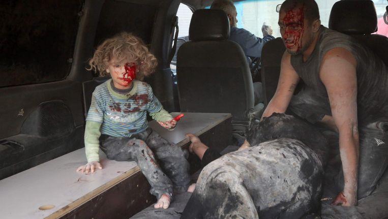 Het jongetje raakte gewond tijdens een luchtaanval op Kafr Batna.