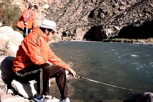 Nanninga aan het vissen op zijn vrije dag tijdens het WK '78 in Argentinië.