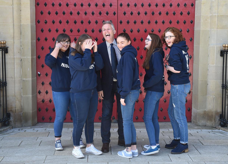Ian Paisley Jr. met enkelen van zijn stemmenwervers in Antrim, Noord-Ierland.