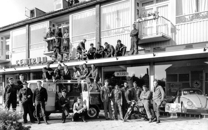 De Centrum Garage begon aan de Muurhuizen. In 1932 handelde H. Blom daar al in gebruikte en nieuwe auto's. De showroom met werkplaats is sinds 14 mei 1958 gelegen op een mooie locatie aan de Everard Meysterweg. Op deze ludieke foto uit 1964 staat het voltallige personeel.