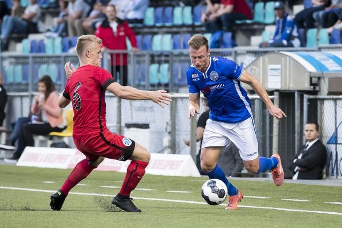 FC Den Bosch-linksback Jonas Heymans probeert Lion Kaak van De Graafschap te passeren.