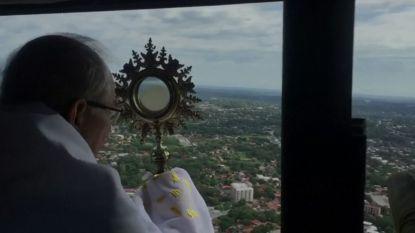 Bisschop zegent bevolking vanuit de lucht