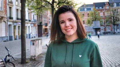"""Leuvense Kirsty (26) borduurt kleding voor een coronavaccin: """"Winst volledig naar team van professor Neyts aan KUL"""""""