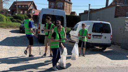 Lembeekse paassoldaten ruimen zwerfvuil voor ze door hun dorp marcheren