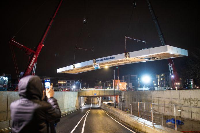 Het dak is afgelopen nacht op het perron gehesen van NS-station Colmschate in Deventer.