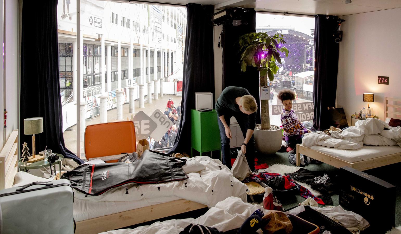 Bedden glazen huis te koop bij kringloop twello foto destentor.nl