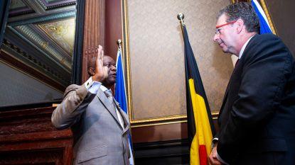 "Vader Kompany legt de eed af als burgemeester onder goedkeurend oog van familie en zoon Vincent: ""Fier op hem"""