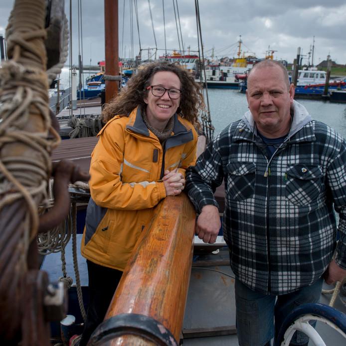 Temara en Jaap van Teylingen op hun klipper Mathilda, afgemeerd bij de sluis in de Vissershaven van Bruinisse.