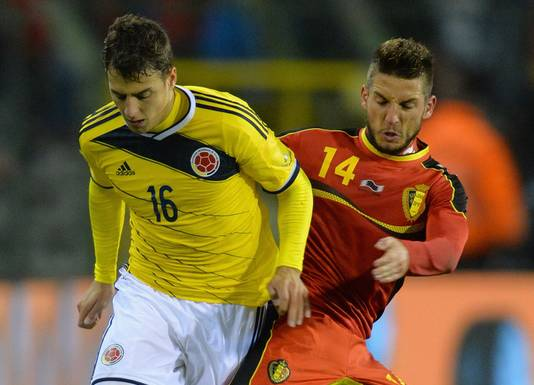 Santiago Arias (links) in duel met Dries Mertens.