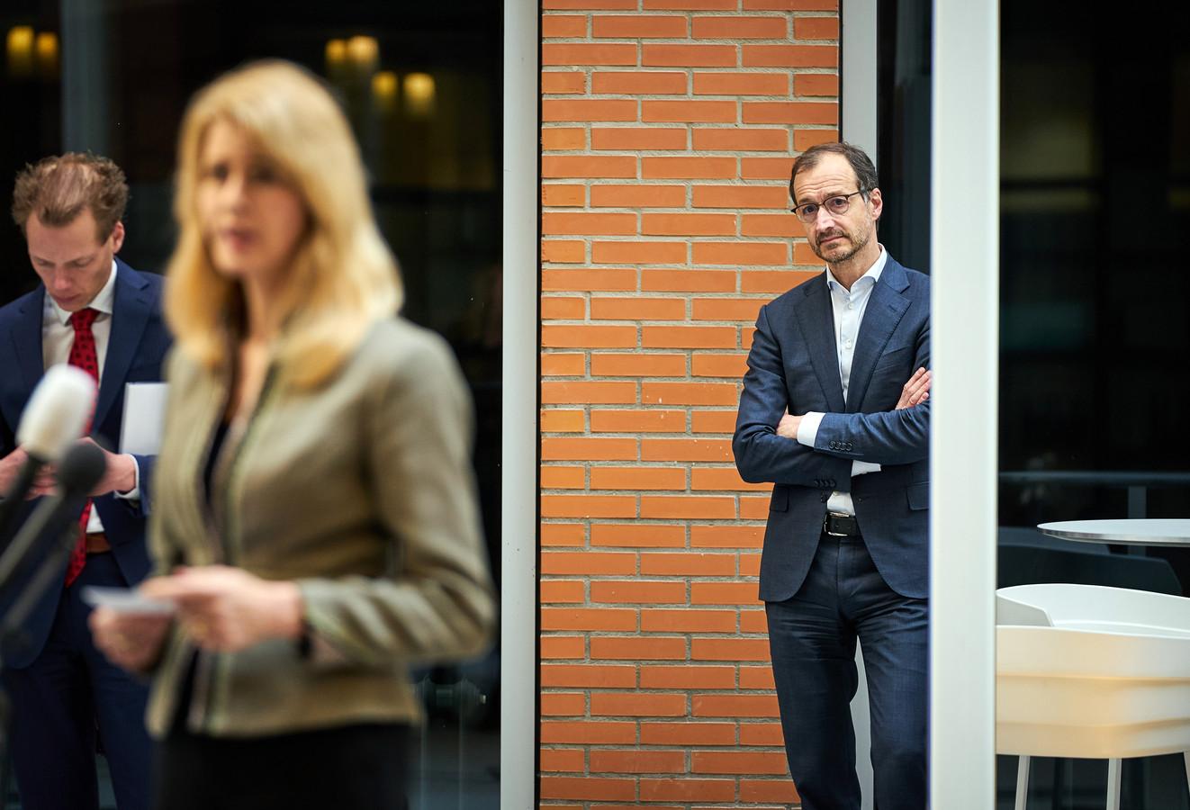 Eric Wiebes van Economische Zaken en Klimaat en Staatssecretaris Mona Keijzer van Economische Zaken en Klimaat tijdens een persconferentie.