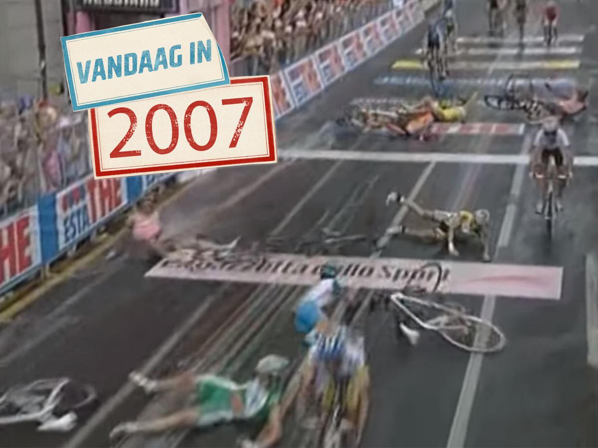 De renners schuiven massaal onderuit.