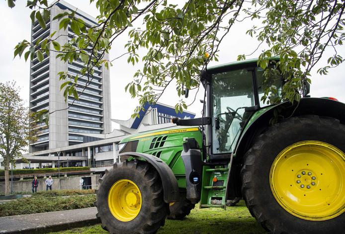 Boeren hebben zich bij het provinciehuis in Den Bosch verzameld, waar de Provinciale Staten debatteren over de aanpak van stikstof.
