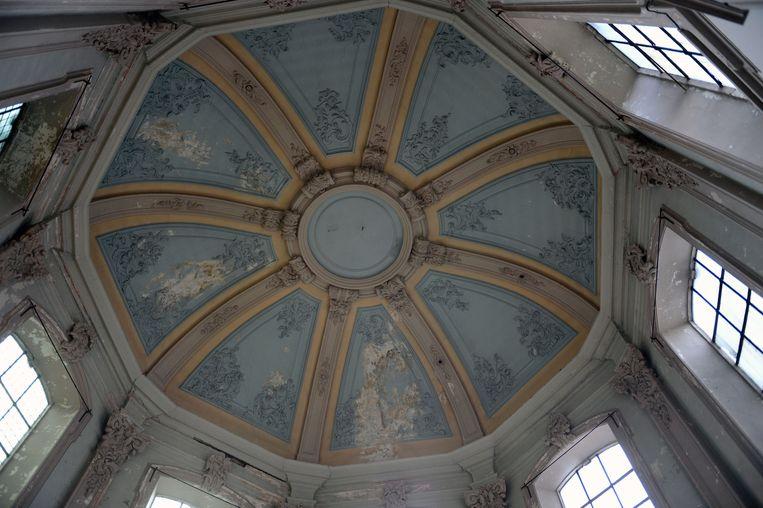 Een blik op het indrukwekkende plafond.