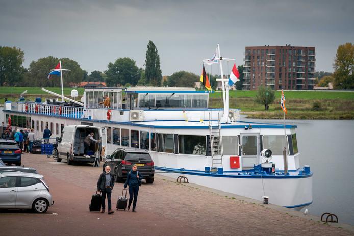 Een cruiseschip legt woensdagmiddag aan in Arnhem.