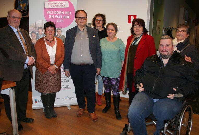Bij de infosessie over de actie tegen kanker met dokter André Van Steen uiterst links.