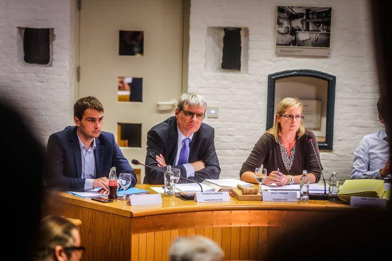 Patrick Lansens (sp.a, centraal) naast schepen Jan Lievens (Open Vld) en gemeenteraadsvoorzitter Kelly Tanghe (sp.a)